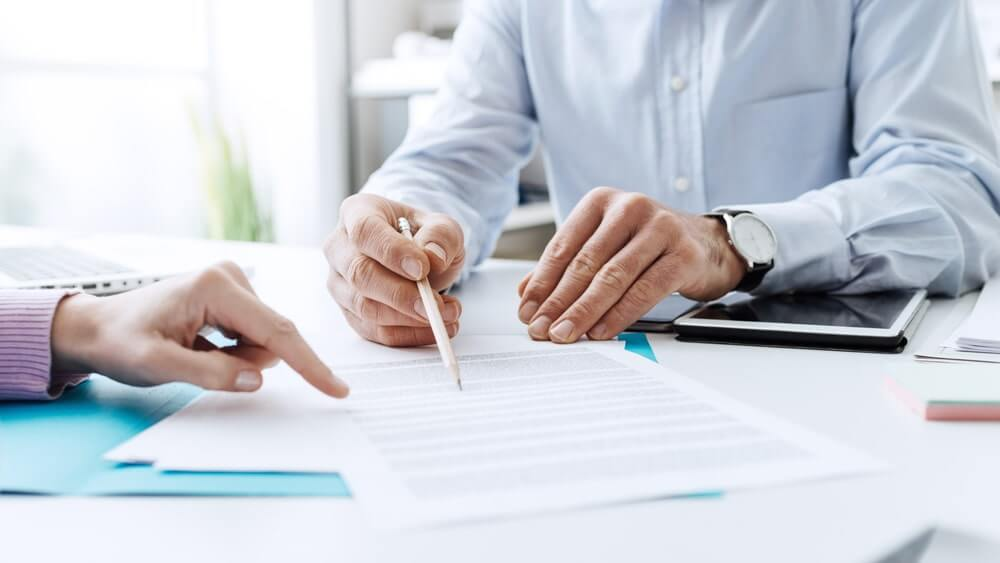 Business people negotiating a contract-min (1)